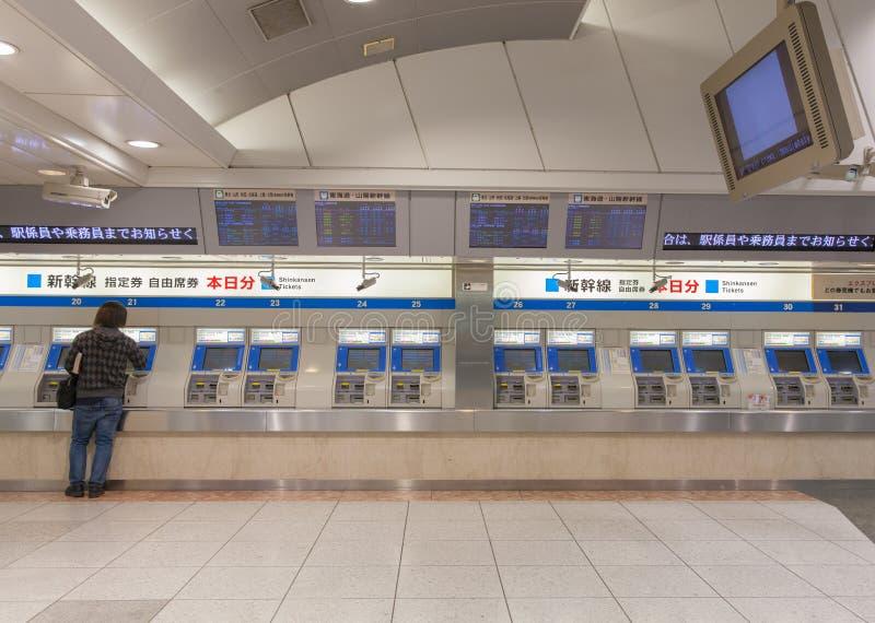 Los pasajeros están comprando los boletos de Shinkansen imagen de archivo libre de regalías