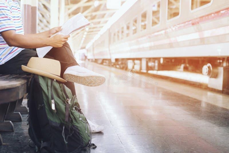 Los pasajeros están esperando la plataforma de la estación Viajero del hombre joven fotografía de archivo