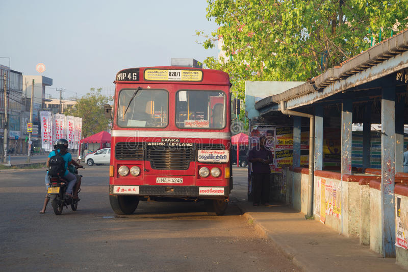 Los pasajeros que esperan de Lanka Ashok Leyland del autobús El término de autobuses de la ciudad de Anuradhapura fotos de archivo libres de regalías