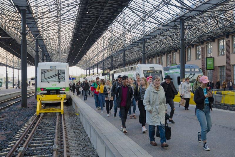 Los pasajeros van en la plataforma del tren llegado Ferrocarril central de Helsinki imágenes de archivo libres de regalías