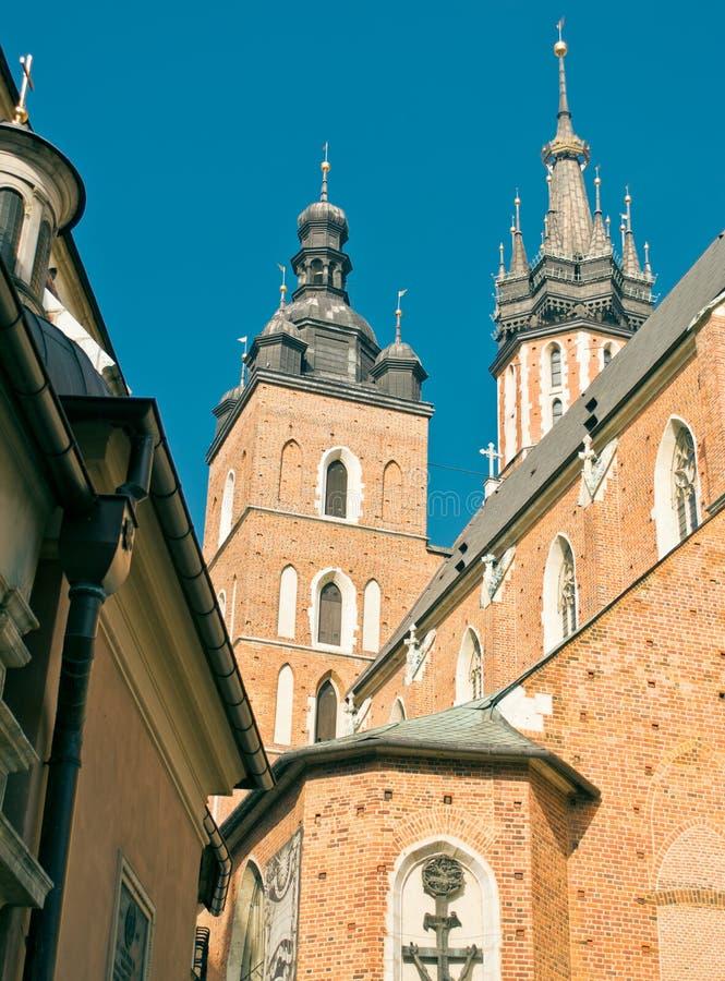 Los pasillos del paño y la iglesia de nuestra señora en Kraków imágenes de archivo libres de regalías