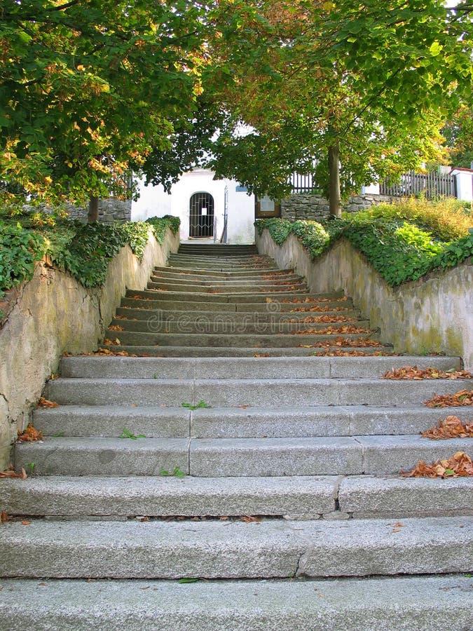Los pasos de piedra de las escaleras que llevan a la iglesia en Tynec imagenes de archivo