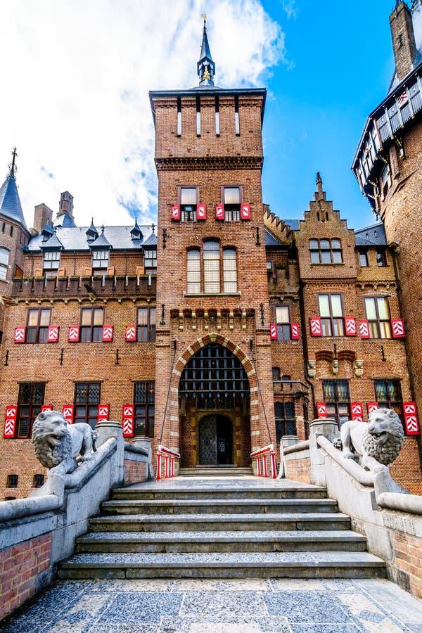 Los pasos delanteros que llevan a la entrada de Castle De Haar foto de archivo libre de regalías