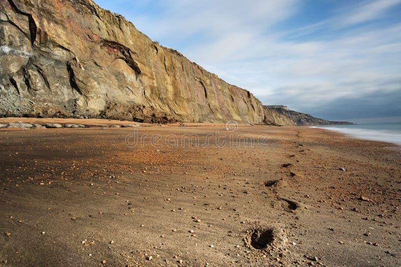Los pasos llevan a lo largo de la playa abandonada en el lomo de la ballena en la isla del Wight fotografía de archivo libre de regalías