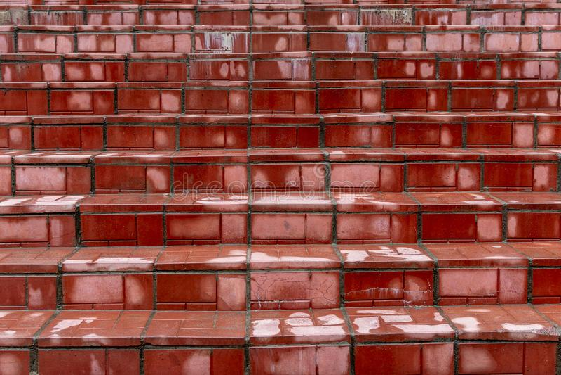 Los pasos rojos mojaron de la lluvia foto de archivo libre de regalías