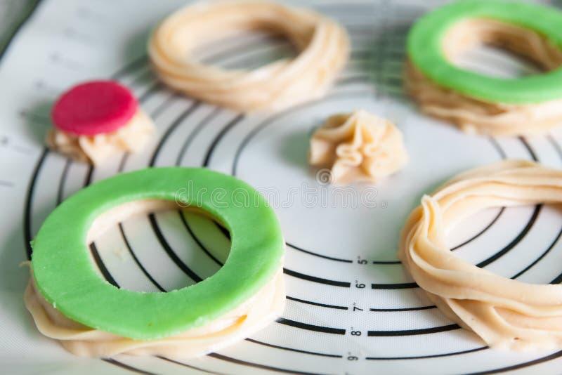 Los pasteles crudos frescos de los choux se preparan fotografía de archivo libre de regalías