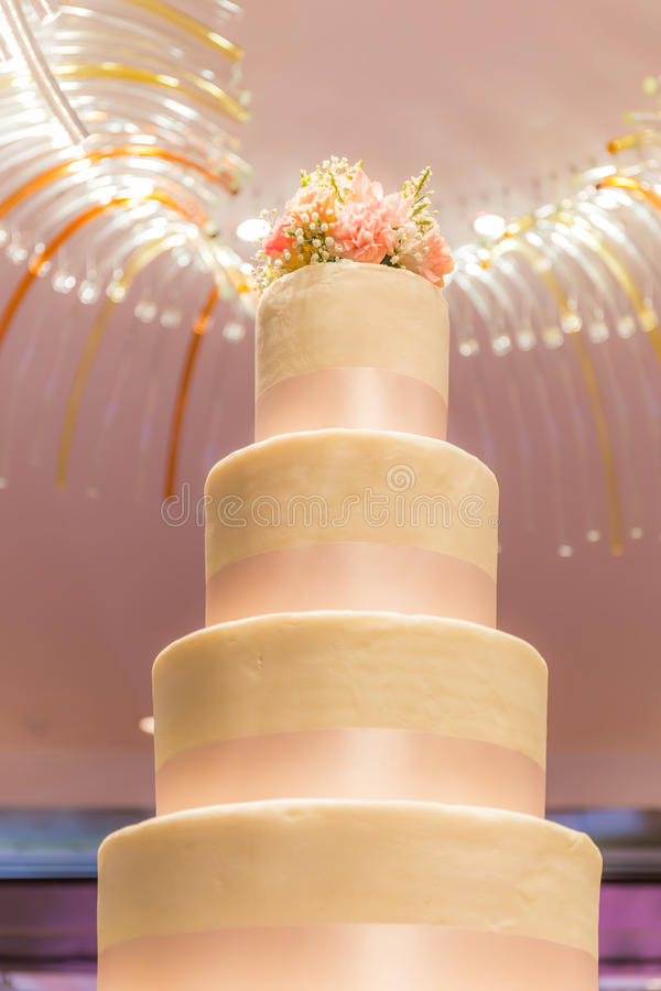 Los pasteles de bodas de lujo rosados que se colocan en ceremonia de boda van de fiesta ingenio fotos de archivo