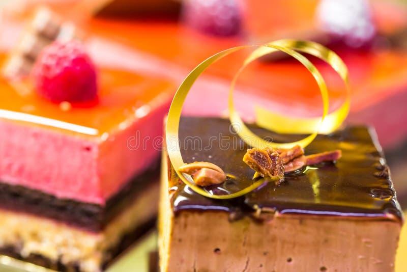 Los pasteles franceses encendido exhiben una tienda de la confitería en Francia imagen de archivo