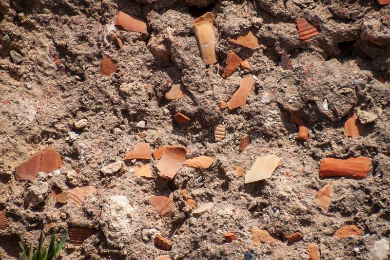 Los pastores se utilizan para mantener juntos el mortero de una estructura en el parque arqueológico de Cesarea imagen de archivo libre de regalías