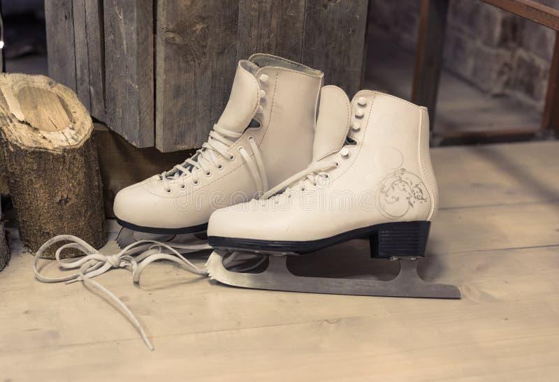 Los patines de las mujeres están en el piso foto de archivo libre de regalías