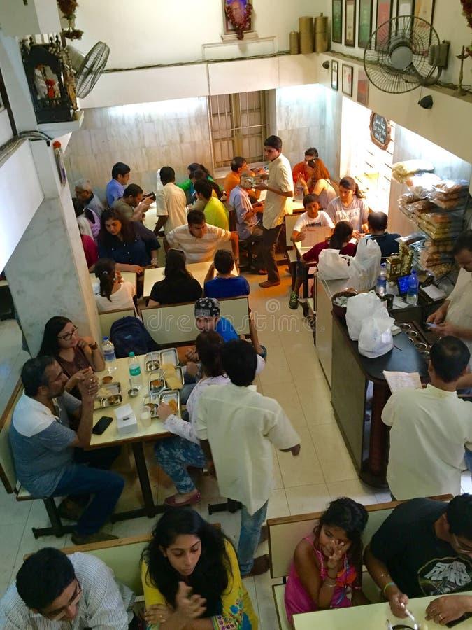 Los patrón disfrutan de una comida de Udupi en Madras Café - un restaurante icónico de la cocina de Bombay Udupi en Bombay foto de archivo libre de regalías