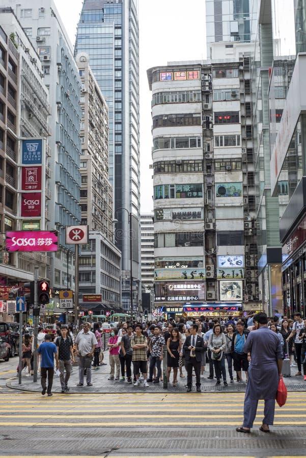 Los peatones esperan antes de cruzar a Nathan Road en Tsim Sha Tsui, Kowloon, Hong Kong fotografía de archivo libre de regalías