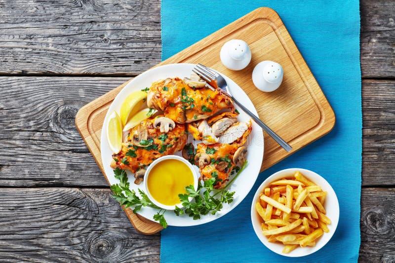 Los pechos de Aussie Chicken remataron con queso derretido imagen de archivo