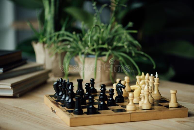 Los pedazos de ajedrez knights comparativo derecho en el tablero de ajedrez en la tabla foto de archivo libre de regalías
