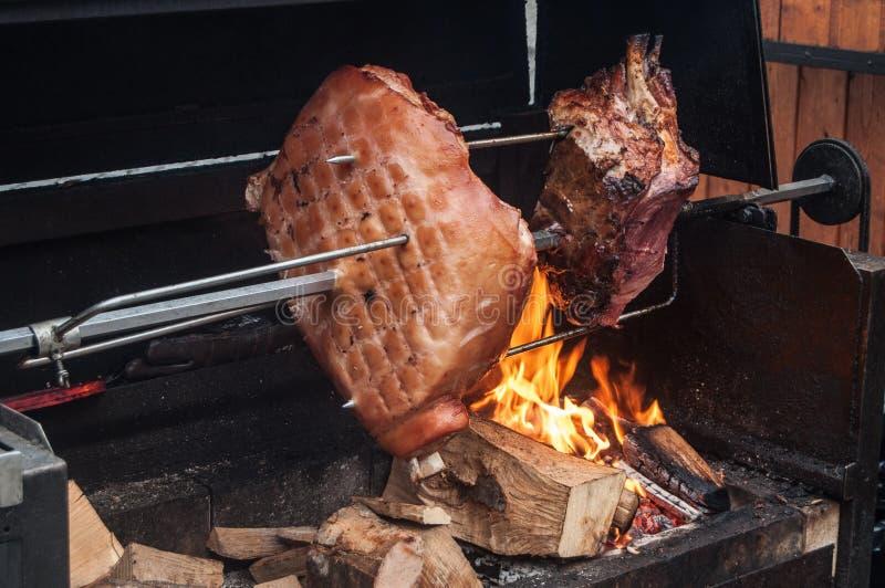 Los pedazos de carne grandes se asan en el fuego fotos de archivo libres de regalías