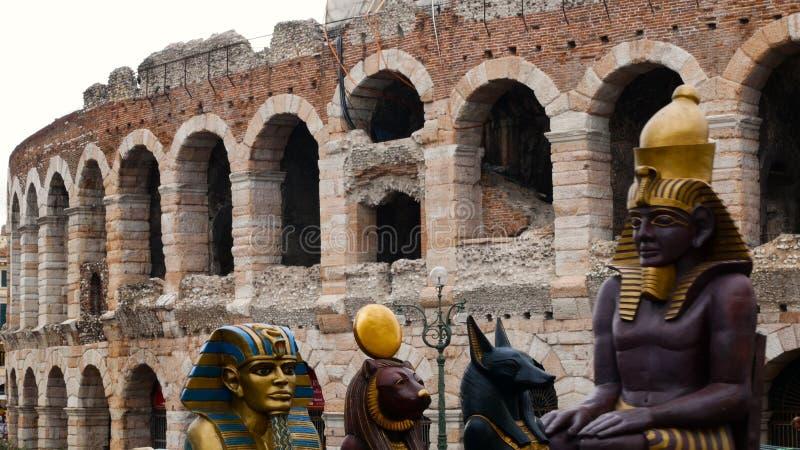 Los pedazos de diseño determinado de la ópera de Aida se transportan a la arena para una demostración fotografía de archivo libre de regalías