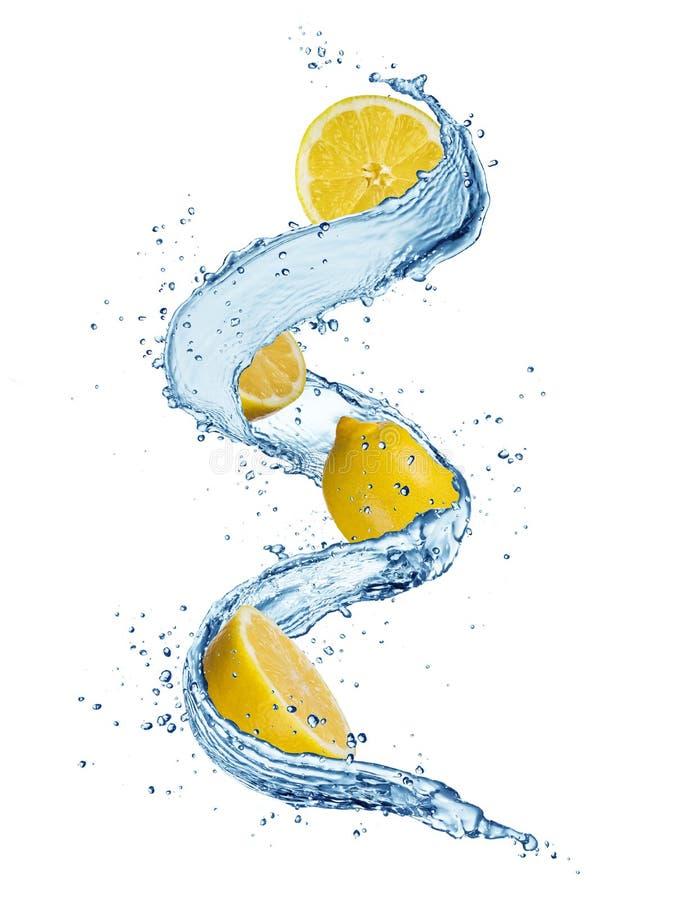 Los pedazos de limón en agua salpican aislado en el fondo blanco imagen de archivo libre de regalías