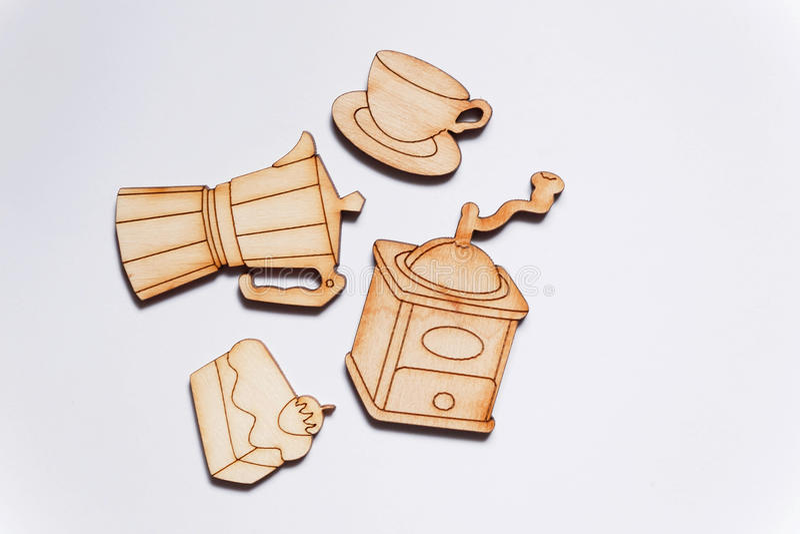 Los pedazos de madera cortaron en las formas de amoladora de café, de taza y de una empanada foto de archivo libre de regalías