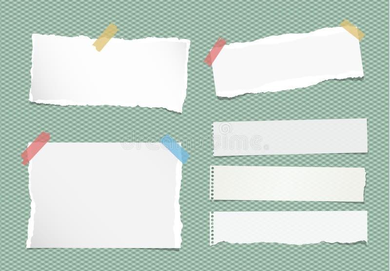 Los pedazos de nota blanca rasgada, cuaderno, hojas de papel del cuaderno se pegaron con la cinta pegajosa colorida en fondo verd ilustración del vector