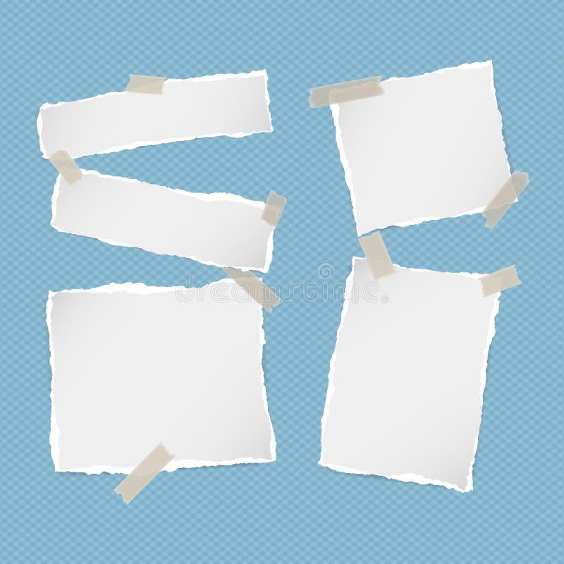Los pedazos de nota blanca rasgada, cuaderno, tiras de papel del cuaderno se pegaron con la cinta pegajosa en fondo azul ajustado ilustración del vector