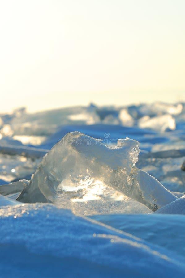 Los pedazos transparentes de hielo en la superficie del nad helado snowcaped la charca Lago Baikal imágenes de archivo libres de regalías