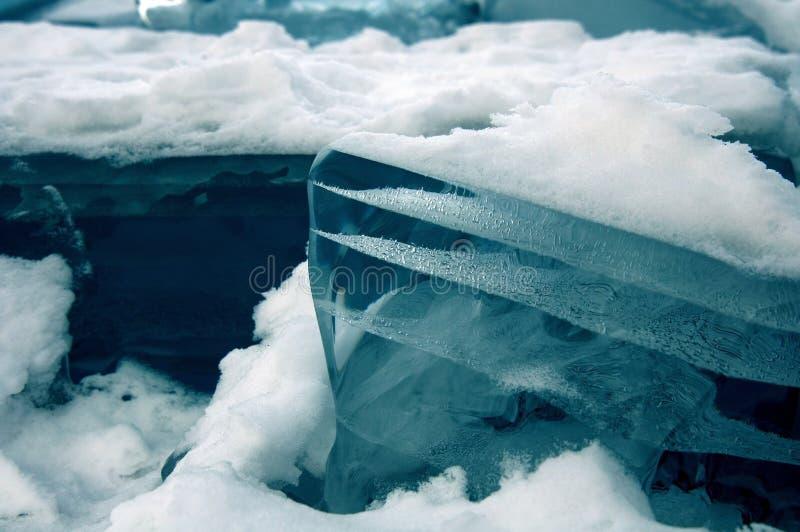 Los pedazos transparentes de hielo en la superficie del nad helado snowcaped la charca Lago Baikal imagen de archivo libre de regalías