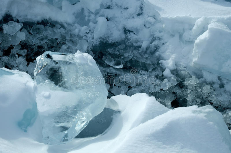 Los pedazos transparentes de hielo en la superficie del nad helado snowcaped la charca Lago Baikal foto de archivo libre de regalías