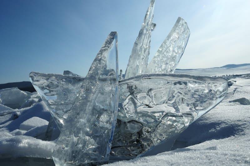 Los pedazos transparentes de hielo en la superficie del nad helado snowcaped la charca Lago Baikal fotos de archivo libres de regalías