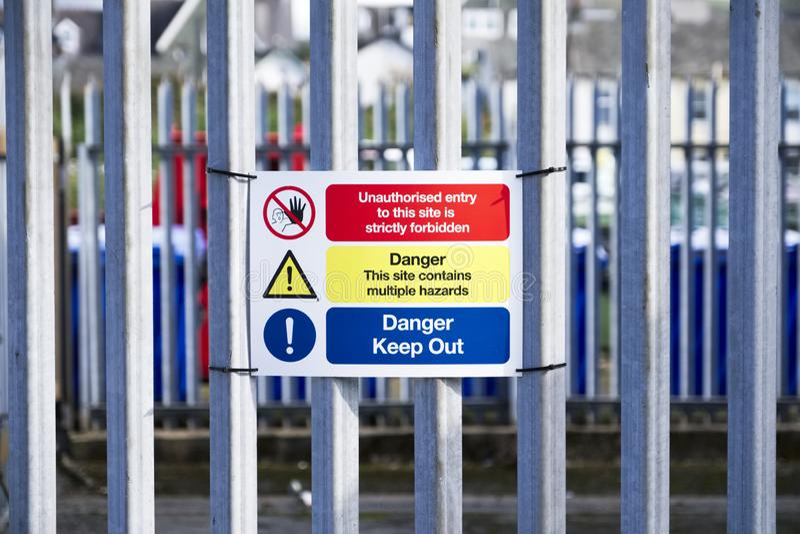 Los peligros químicos del peligro guardan hacia fuera la muestra en la cerca ninguna entrada autorizada la O.N.U fotos de archivo