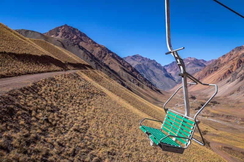Los Penitentes Ski Resort Chairlift no verão em Cordilheira de Los Andes - província de Mendoza, Argentina fotografia de stock