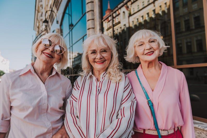 Los pensionistas femeninos atractivos están tomando la foto en cámara fotografía de archivo