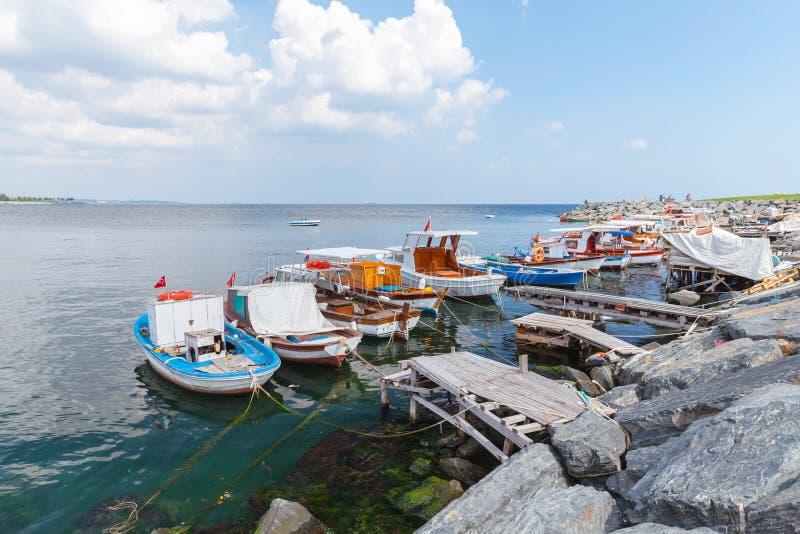 Los pequeños barcos de madera se amarran en el puerto de Avcilar imágenes de archivo libres de regalías