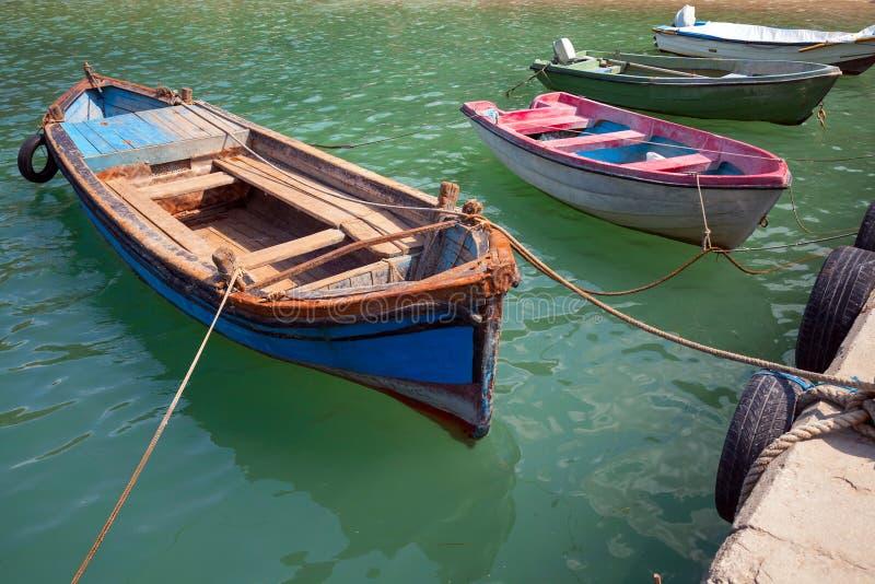 Los pequeños barcos de pesca de madera viejos amarraron en ciudad búlgara foto de archivo