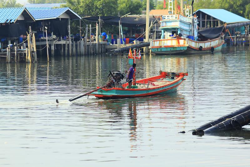 Los pequeños barcos de pesca están navegando lejos foto de archivo