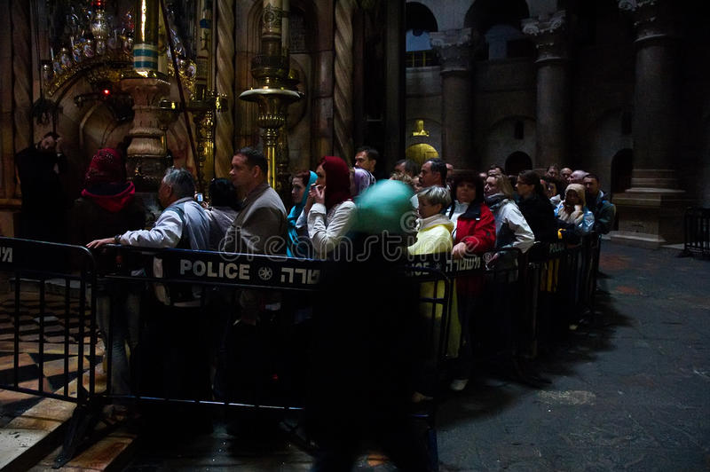 Los peregrinos cristianos ruegan dentro de la iglesia de Santo Sepulcro imagen de archivo