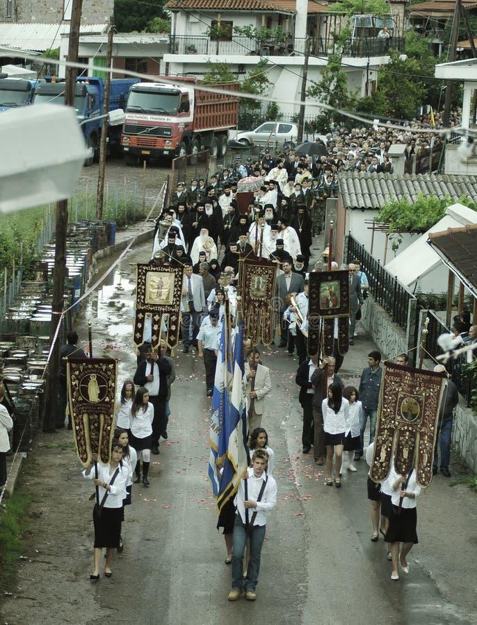 Los peregrinos fieles honran la memoria de St John el ruso imagen de archivo