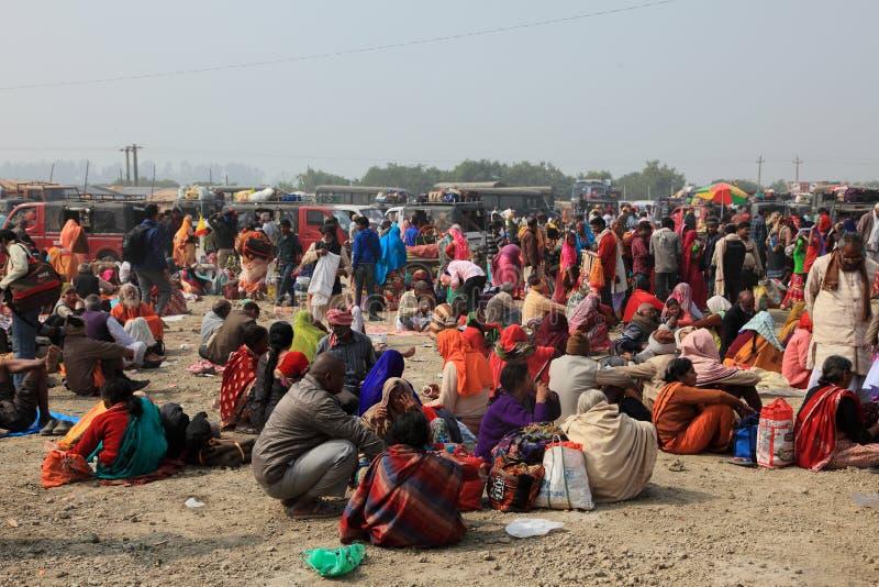 Los peregrinos hindúes recolectaron para tomar una inmersión santa en el Ganges fotografía de archivo libre de regalías