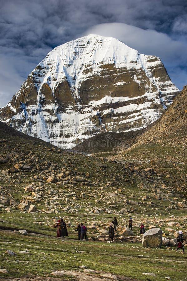 Los peregrinos se arrodillan a Mt Kailash, Kang Rinpoche, montaña santa, Tíbet fotos de archivo libres de regalías
