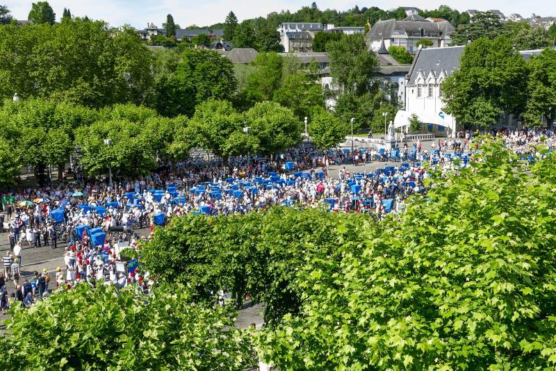 Los peregrinos vienen formarse en la capilla en Lourdes fotos de archivo libres de regalías
