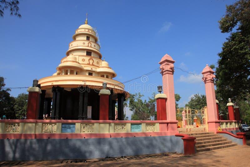 Los peregrinos visitan la tumba de Sree Narayana Guru imagenes de archivo