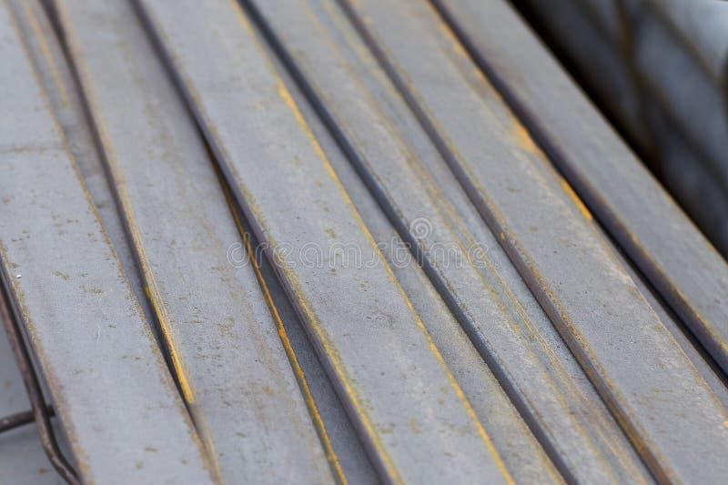 Los perfiles del metal de diferentes tipos est?n situados en el almac?n de los productos de metal imágenes de archivo libres de regalías