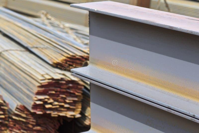 Los perfiles del metal de diferentes tipos est?n situados en el almac?n de los productos de metal fotos de archivo