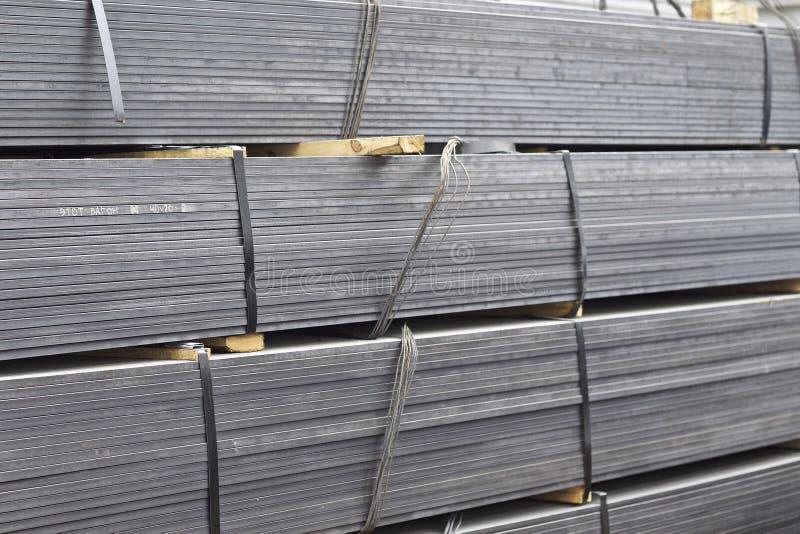 Los perfiles del metal de diferentes tipos est?n situados en el almac?n de los productos de metal foto de archivo libre de regalías