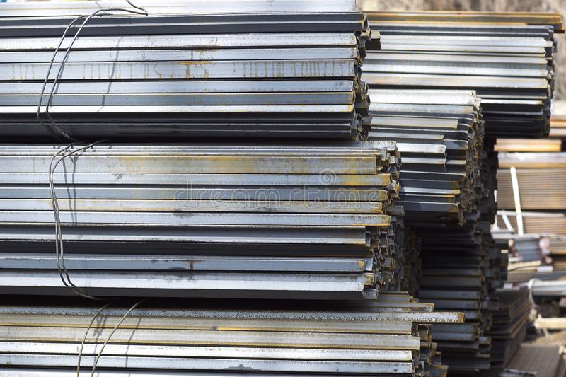 Los perfiles del metal de diferentes tipos est?n situados en el almac?n de los productos de metal fotografía de archivo libre de regalías