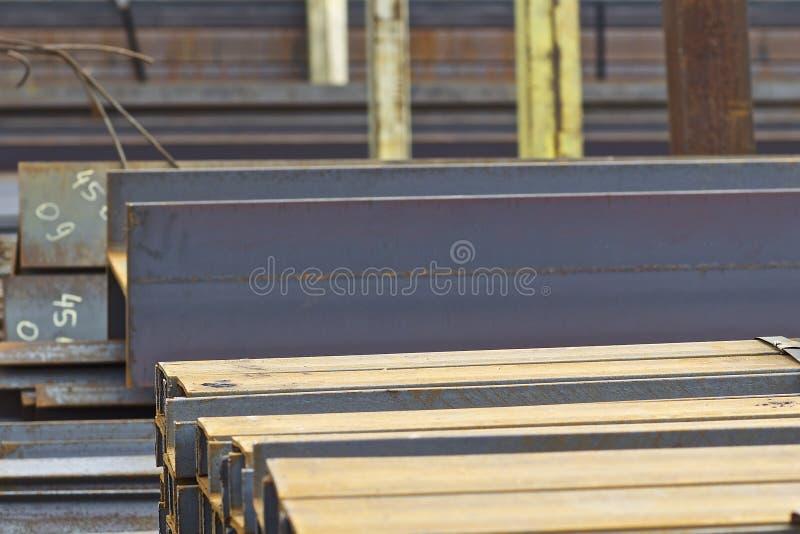 Los perfiles del metal de diferentes tipos est?n situados en el almac?n de los productos de metal imagenes de archivo