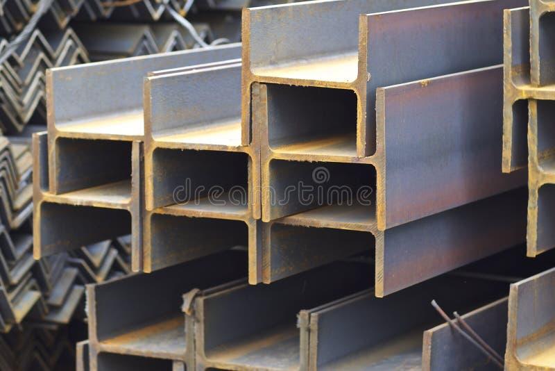 Los perfiles del metal de diferentes tipos est?n situados en el almac?n de los productos de metal imagen de archivo