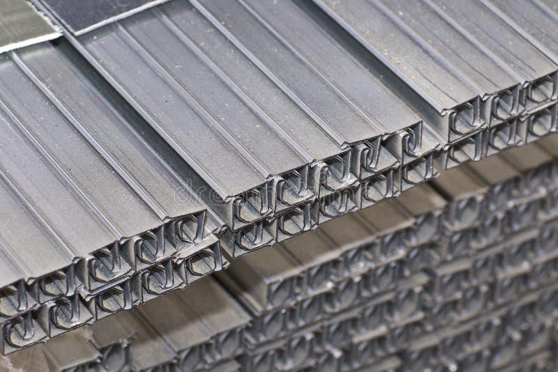 Los perfiles del metal de diferentes tipos est?n situados en el almac?n de los productos de metal imagen de archivo libre de regalías