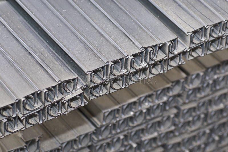 Los perfiles del metal de diferentes tipos est?n situados en el almac?n de los productos de metal fotos de archivo libres de regalías