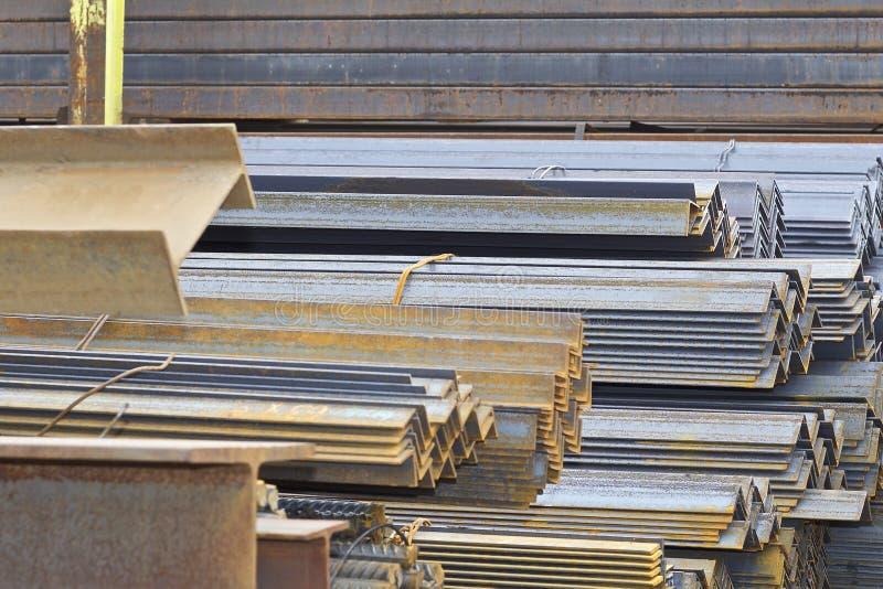Los perfiles del metal de diferentes tipos est?n situados en el almac?n de los productos de metal foto de archivo