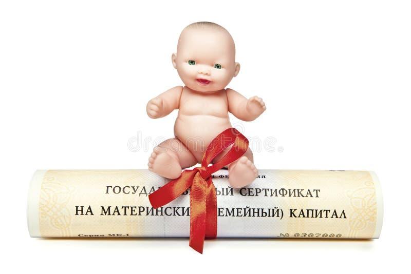 Los perritos se sientan en el certificado del estado del capital de familia maternal de la Federación Rusa imágenes de archivo libres de regalías